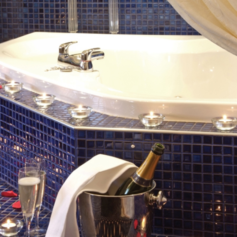 Jacuzzi with Champagne and two glasses at the Durrant House Hotel