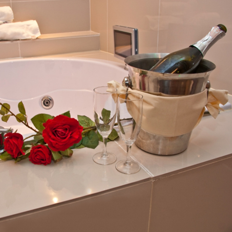 Champagne and Roses next to a Bath at the Durrant House Hotel